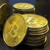 Detalhe virtual do dinheiro de Bitcoin do ouro na placa de circuito 2 foto de stock royalty free