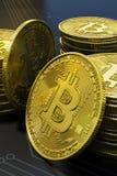 Detalhe virtual do dinheiro de Bitcoin do ouro no retrato da placa de circuito imagens de stock