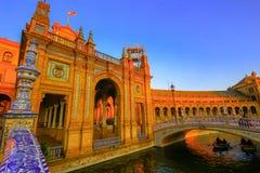Detalhes arquitetónicos das construções e dos brdges de Plaza de Espana em Sevilha, Espanha, com turistas foto de stock