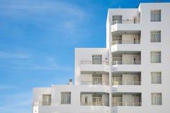 Detalhes arquitetónicos de uma construção branca contemporânea Foto de Stock Royalty Free