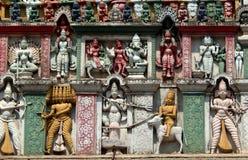 Detalhes arquitetónicos do balaji hindu do deus das pessoas de 200 anos de templo venkateswar Gopuram, a entrada Fotos de Stock Royalty Free