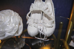 Detalhes bonitos das taxas do casamento da noiva, sapatas Fotografia de Stock Royalty Free
