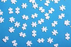 Detalhes brancos de um enigma em um fundo azul Um enigma é um plutônio Imagens de Stock Royalty Free