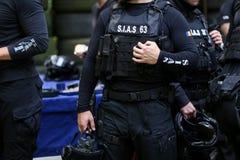 Detalhes com o uniforme e o jogo da segurança de um SIAS romeno o serviço para a ação especial da polícia romena, equivalente de fotos de stock royalty free