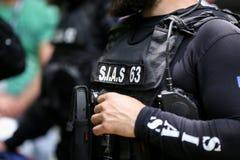 Detalhes com o uniforme e o jogo da segurança de um SIAS romeno o serviço para a ação especial da polícia romena, equivalente de imagens de stock