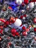 Detalhes da árvore de Natal na casa do ` s dos amigos foto de stock