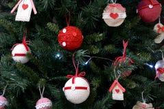 Detalhes da árvore de Natal na casa da mãe e do pai imagens de stock royalty free