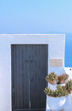 Detalhes da arquitetura com uma opinião do mar em Santorini, Grécia Foto de Stock