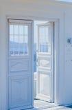 Detalhes da arquitetura com uma opinião do mar em Santorini, Grécia Fotografia de Stock Royalty Free