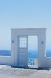 Detalhes da arquitetura com uma opinião do mar em Santorini, Grécia Fotos de Stock