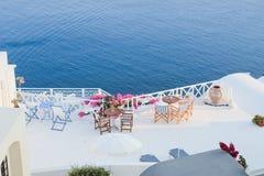 Detalhes da arquitetura com uma opinião do mar em Santorini, Grécia Imagens de Stock Royalty Free