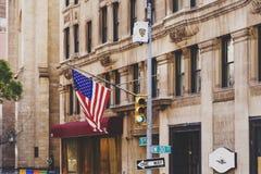 Detalhes da bandeira americana em uma 5a construção da avenida em Manhatt Fotos de Stock Royalty Free