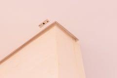 Detalhes da construção: Areje o receptor remoto da circunstância instalado no teto falso fotos de stock