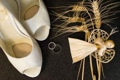 Detalhes da decoração do casamento Alianças de casamento de prata e sapatas nupciais elegantes imagem de stock royalty free