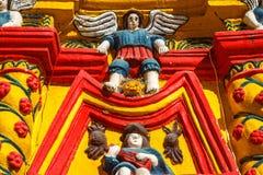 Detalhes da fachada da igreja na cidade de San Andres Xecul Imagens de Stock