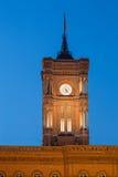 Detalhes da fachada e pulso de disparo do Townhall vermelho, Berlim, Alemanha fotos de stock royalty free