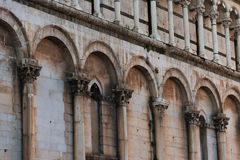 Detalhes da fachada da igreja San Michele in foro St Michael em Lucca, Itália fotos de stock