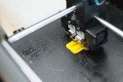 detalhes da impress?o 3d impressora 3d para imprimir brinquedos multi-coloridos imagem de stock royalty free