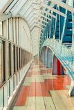 Detalhes da ponte pedestre dentro da cidade fotos de stock