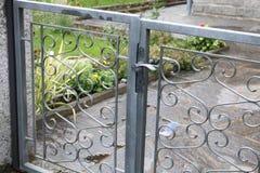 Detalhes da porta do ferro da entrada da casa Foto de Stock