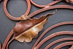 Detalhes da porta da estrutura e do ferro forjado da decoração Imagens da cor de cobre do metal do vintage Rolo decorativo e fotos de stock royalty free