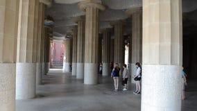Detalhes das colunas de Sala Hipostila na vara do ¼ do parque GÃ em Barcelona, Espanha vídeos de arquivo