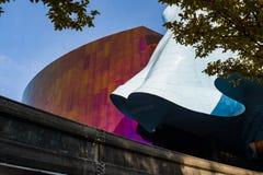 Detalhes das paredes coloridas e atraentes do museu do cultura Pop de Seattle, Washington, EUA foto de stock royalty free
