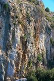 Detalhes das rochas do lago Vouliagmenis, lagoa bonita perto de Atenas fotografia de stock