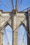 Detalhes das torres com os cabos de aço da ponte de Brooklyn em New York, Estados Unidos imagem de stock royalty free
