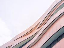 Detalhes de aço da arquitetura do teste padrão do projeto moderno da fachada da construção fotos de stock
