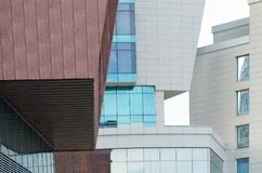 Detalhes de arquitetura moderna da cidade - a interseção das construções de formas e de cores diferentes Imagens de Stock Royalty Free
