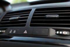Detalhes de botão e de condicionamento de ar da emergência do carro imagem de stock