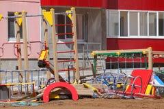 Detalhes de campo de jogos novo perto da construção na construção s Fotos de Stock Royalty Free