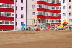 Detalhes de campo de jogos perto da construção sob a construção Fotos de Stock Royalty Free