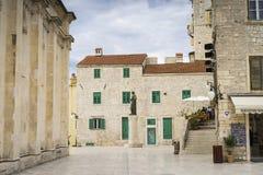 Detalhes de casas e de construções na cidade velha de Sibenik na Croácia imagens de stock royalty free