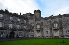 Detalhes de castelo de Kilkenny e de seu jardim, Irlanda Imagens de Stock Royalty Free