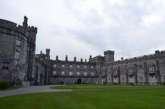 Detalhes de castelo de Kilkenny e de seu jardim, Irlanda Fotografia de Stock