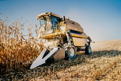 Detalhes de ceifeira de liga que trabalham nos campos Fazendeiro da agricultura que trabalha com maquinaria imagem de stock royalty free