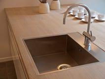Detalhes de dissipador de cozinha moderno com faucet da torneira Fotografia de Stock Royalty Free