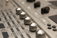 Detalhes de equipamento de gravação da música da guitarra com botões de Chrome Imagens de Stock
