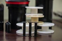 detalhes de equipamento de laboratório análogo do filme na tabela imagem de stock