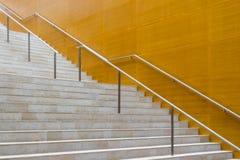 Detalhes de escadas dos trilhos e do mármore do metal da construção moderna fotografia de stock royalty free