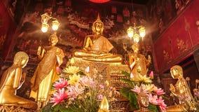 Detalhes de estátua dourada de buddha com contos do ` s do senhor Buda Imagem de Stock Royalty Free