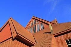 Detalhes de Kiruna Church de madeira no verão com céu azul, Suécia do norte imagens de stock