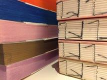 Detalhes de livros feitos a mão de multi papéis coloridos diferentes cadernos ilustração do vetor