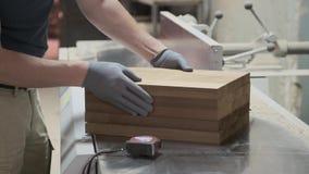 Detalhes de madeira da mobília nas mãos do carpinteiro, woodshop do woodworking da carpintaria do fundo vídeos de arquivo