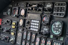 Detalhes de painel de controle na cabina do piloto militar do helicóptero foto de stock