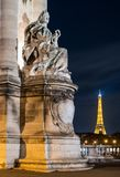 Detalhes de ponte de Alexander III em Paris na noite Imagem de Stock