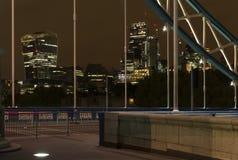 Detalhes de ponte da torre na noite em Londres Reino Unido imagens de stock