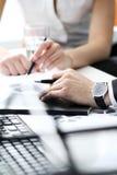 Detalhes de processo de trabalho na reunião de negócio Imagens de Stock Royalty Free